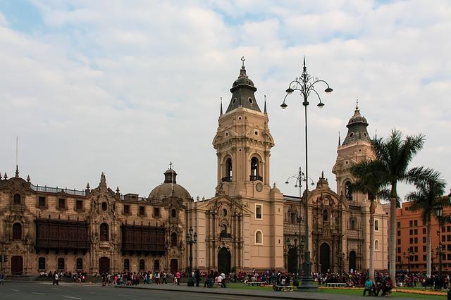 Die Kathedrale an der Plaza de Armas von Lima