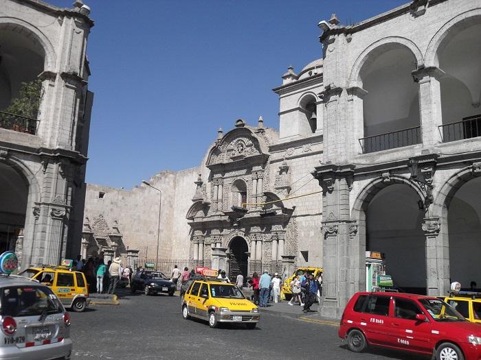 Die Jesuitenkirche an der Plaza de Armas von Arequipa
