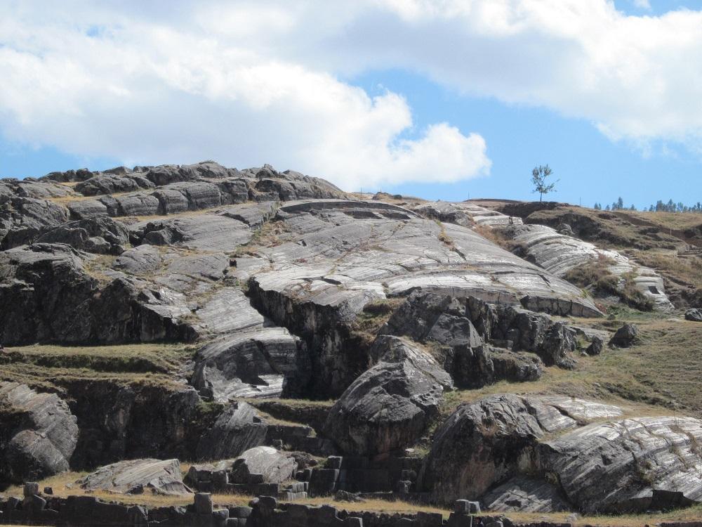 Von diesem Felsen soll der Herrscher die Errichtung der Anlage mit überwacht haben