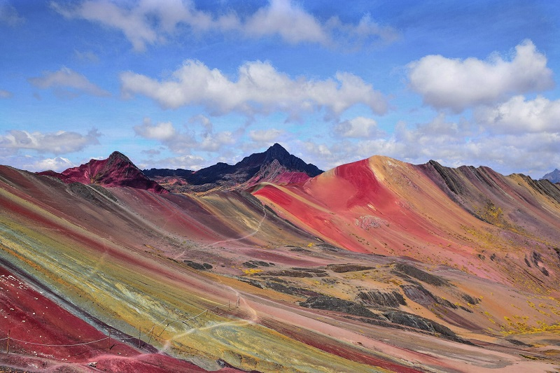 trekking in peru rainbow mountain bei cusco panorama