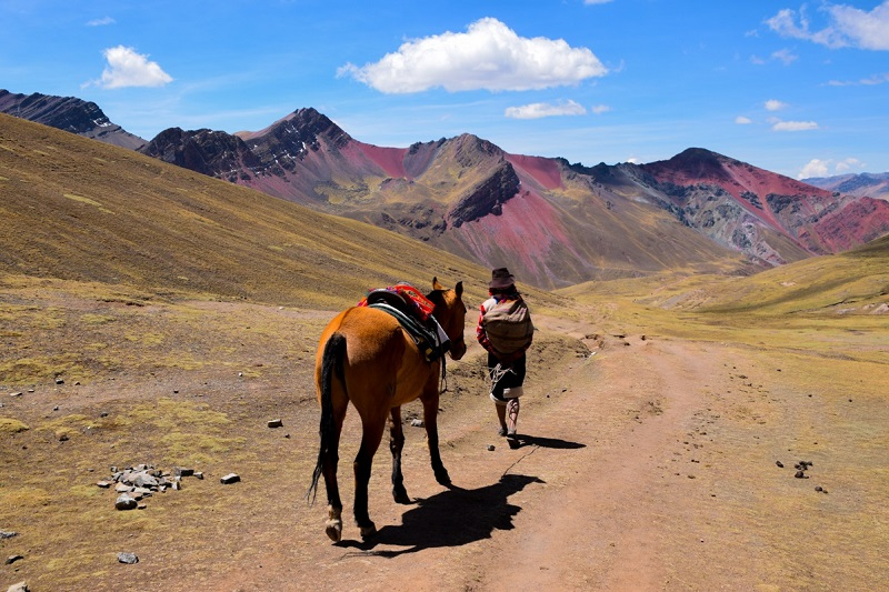 waundern und trekking in peru cusco rainbow mountain