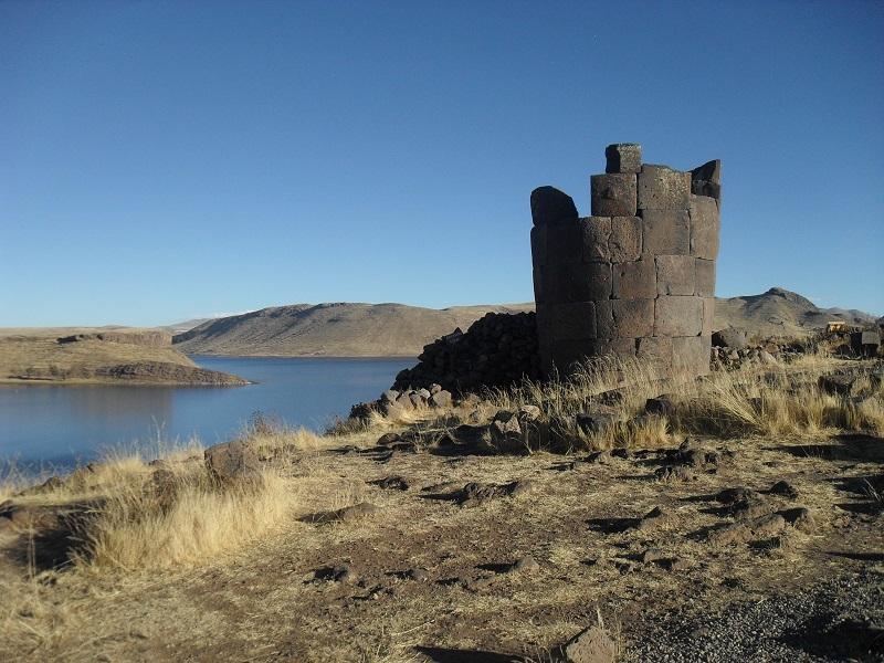 Die jüngeren Chullpas erinneren in ihrer Bauweise an typische Inka-Mauern.