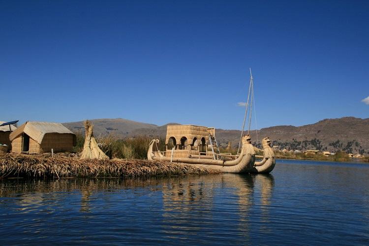 Häuser aus Schilf und Inseln aus Schilf auf den Titicacasee. Auch die Totora-Boote bestehen aus Schilf.