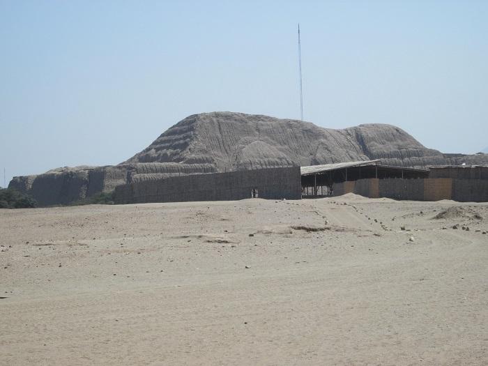 Staetten und Ruinen in Peru Mondpyramide Trujillo