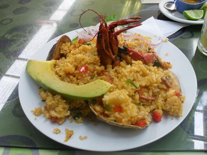 typische südamerikanische gerichte reis mit meeresfrüchten
